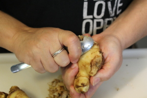 Peeling the ginger using the spoon method.
